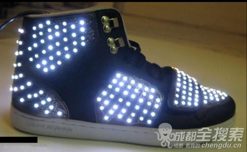 发光的鞋子 - 娱乐八卦