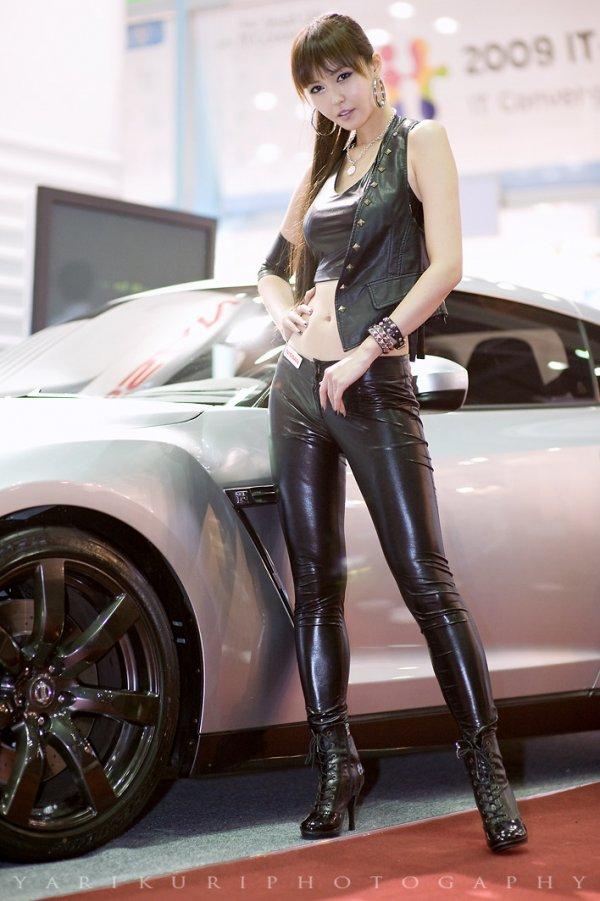 成都美女 漂亮皮装车模 竖