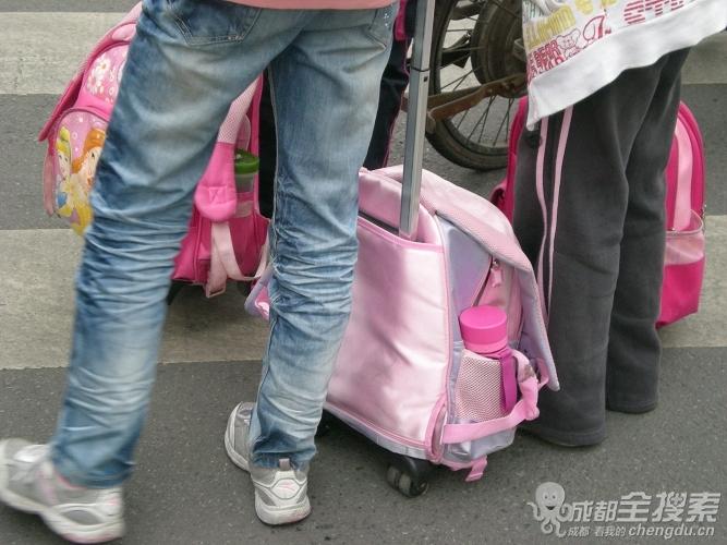 现在小学生太潮了,这样背书包