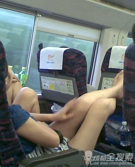 坐动车发现美女把大腿高高翘起