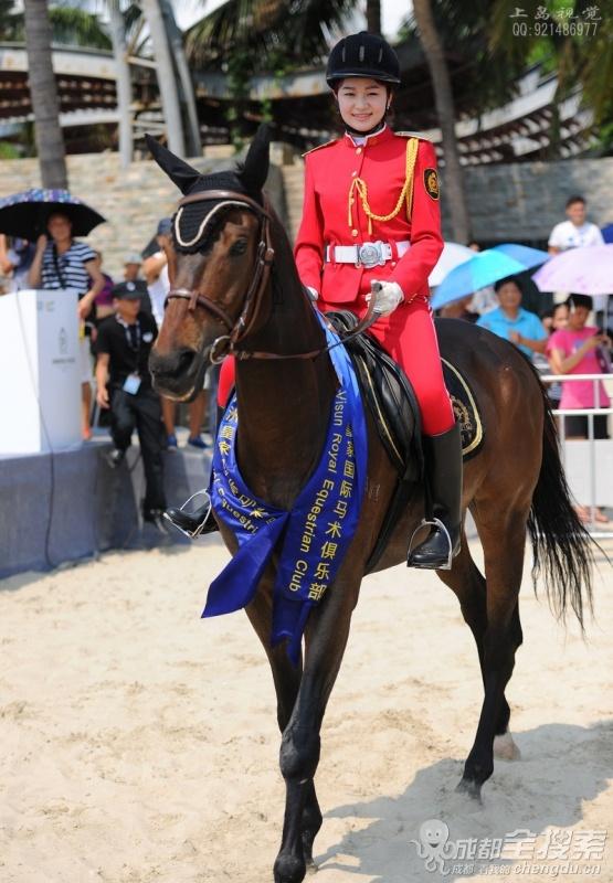 飒爽,穿着红色骑马服的女王图片